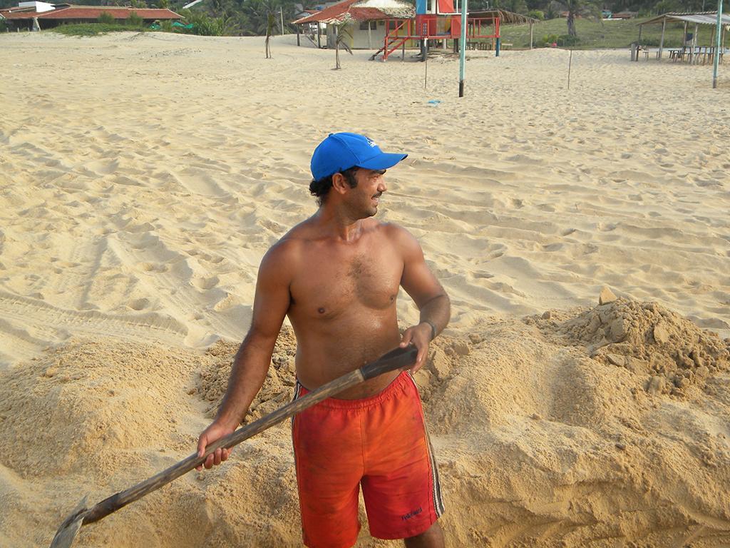 Pescador Oswaldo Jerônimo abrindo caminho para drenar água do mangue.