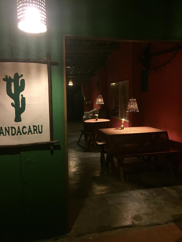Único restaurante na vila aberto após 19h.