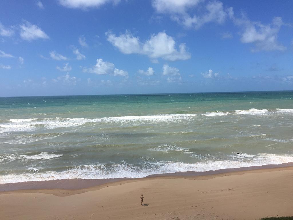 Praias quase desertas, com areias brancas e águas mornas em tons de azul e verde.