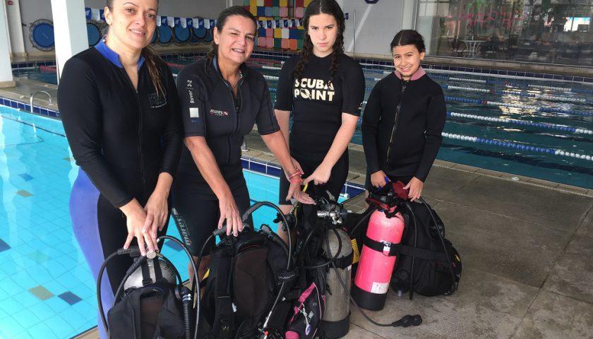 Da esquerda para a direita, Emanoela Cardoso, Silvia Hidalgo, Gabriella Oliveira e Giovanna Oliveira-apaixonadas por mergulho