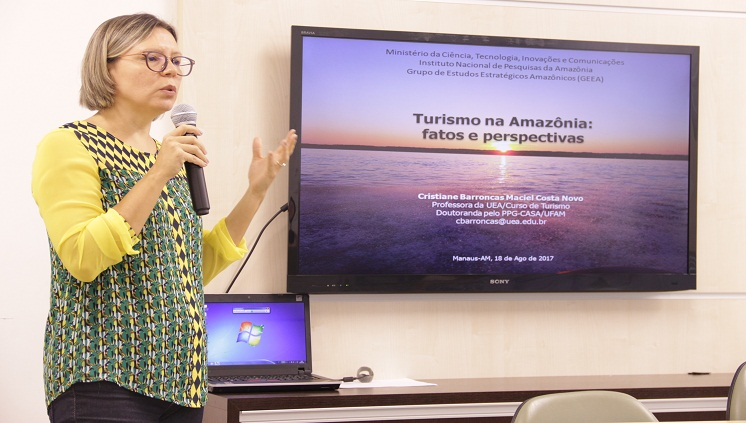 """""""É vital a necessidade de ampliar a formação em turismo, superando aquela visão estritamente tecnicista para a formação dos discentes"""", diz a professora da UEA, Cristiane Barroncas - Foto Karen Canto"""