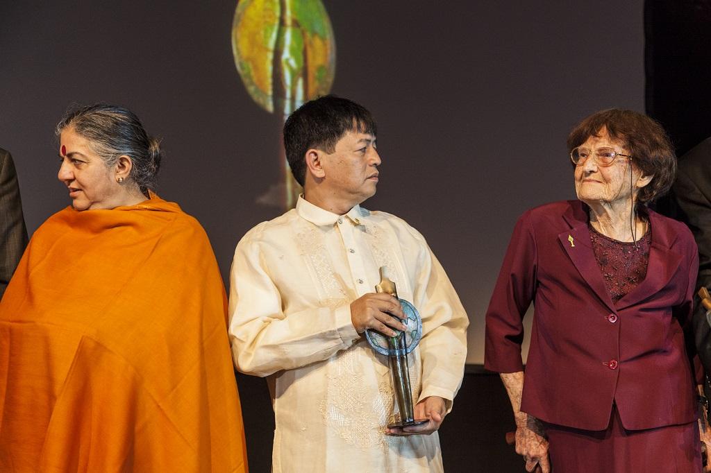 Em 2012 na Alemanha quando recebeu o prêmio considerado Nobel de agricultura. Ao seu lado, Mayor Jun e Vandana Shiva, uma das maiores ativistas ambientais do mundo